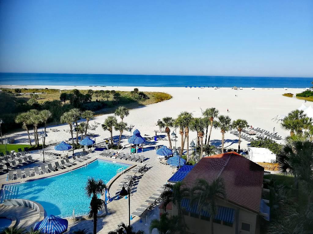 Blick vom Sheraton Sand Key Hotel auf den imposanten Strand.