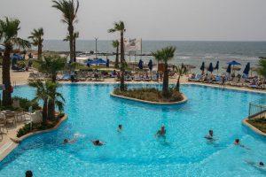 Pool des Hotels Atlantica mit Blick auf das Meer.