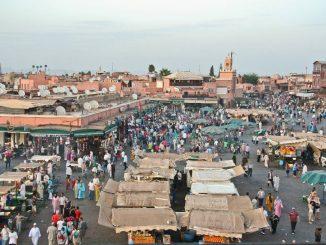Stimmung am späten Nachmittag auf dem Platz Djaama el Fna (Platz der Gehenkten) in Marrakesch.
