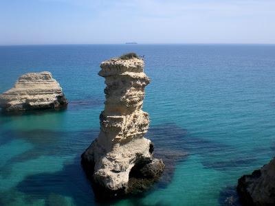 Felsformationen im Meer.