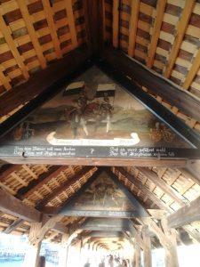 Die Brücke ist berühmt für seine Giebelbilder.
