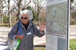 Ursula Friede am Stadtplan der Fächerstadt