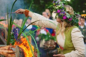 Mädchen tragen Blumenkränze zum Johannisfest. Foto: latviatravel