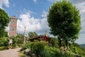 Der Bismarckturm mit Waldgaststätte. Foto: Stadtmarketing Bad Lauterberg