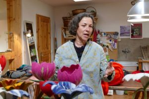 Claudia Stark in ihrer Textilwerkstatt