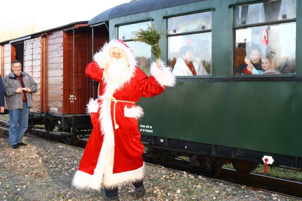 Der Nikolaus kommt mit der Museumsbahn.