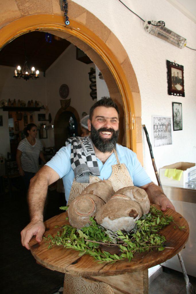 Bei Gianni wird das Fleisch in Lehmkugeln gebacken.