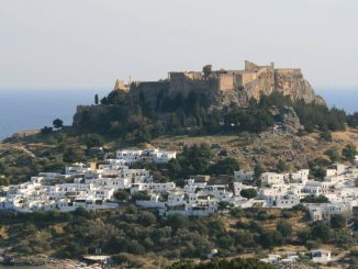 Lindos und seine Akropolis im Süden von Rhodos.