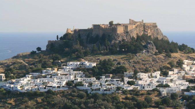 Lindos und seine Akropolis im Süden von Rhodos.