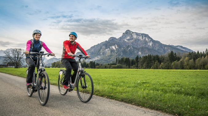 E-Bike fahren im Tiroler Kaiserwinkel.